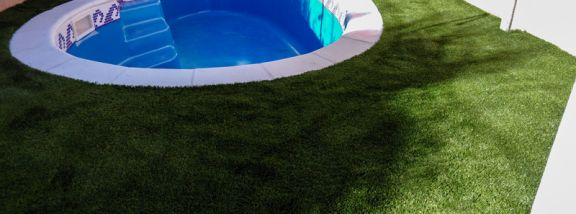 Why install artificial grass for swimming pools in your garden?: All the key reasons