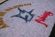 cesped-artificial-logotipo-arco-de-darwyn-detalle.jpg