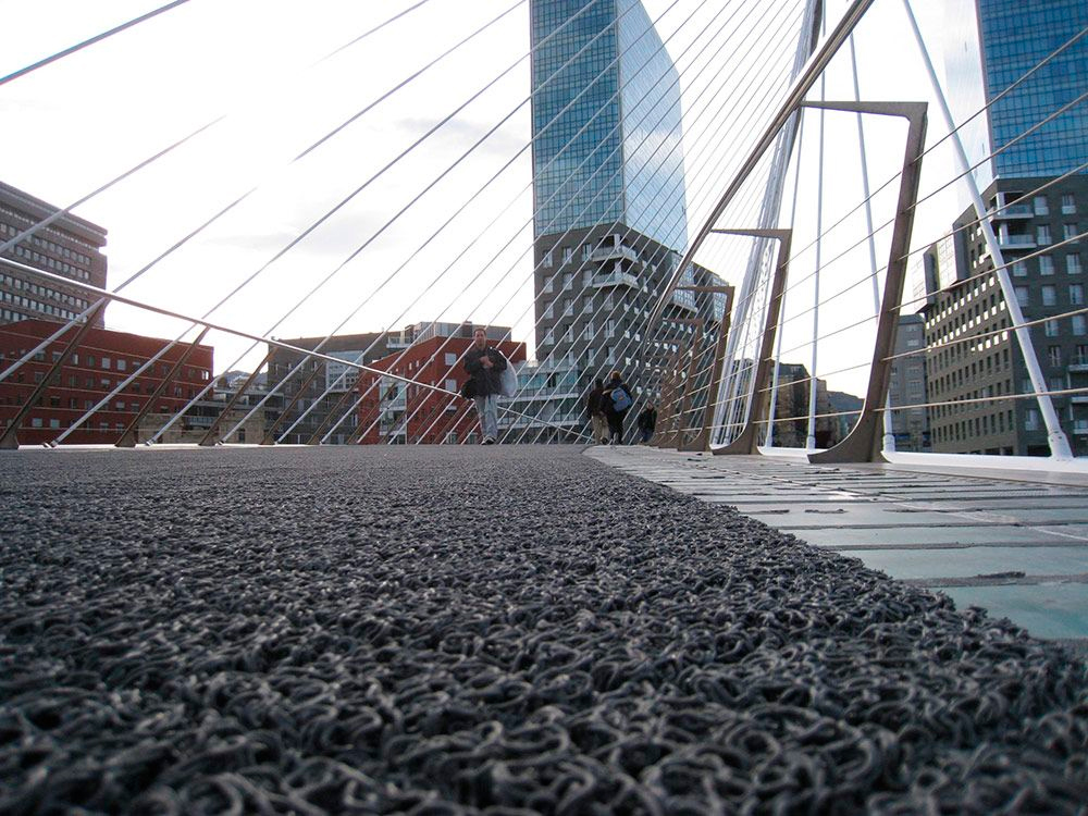 Pavimento antideslizante puente Zubizuri bilbao